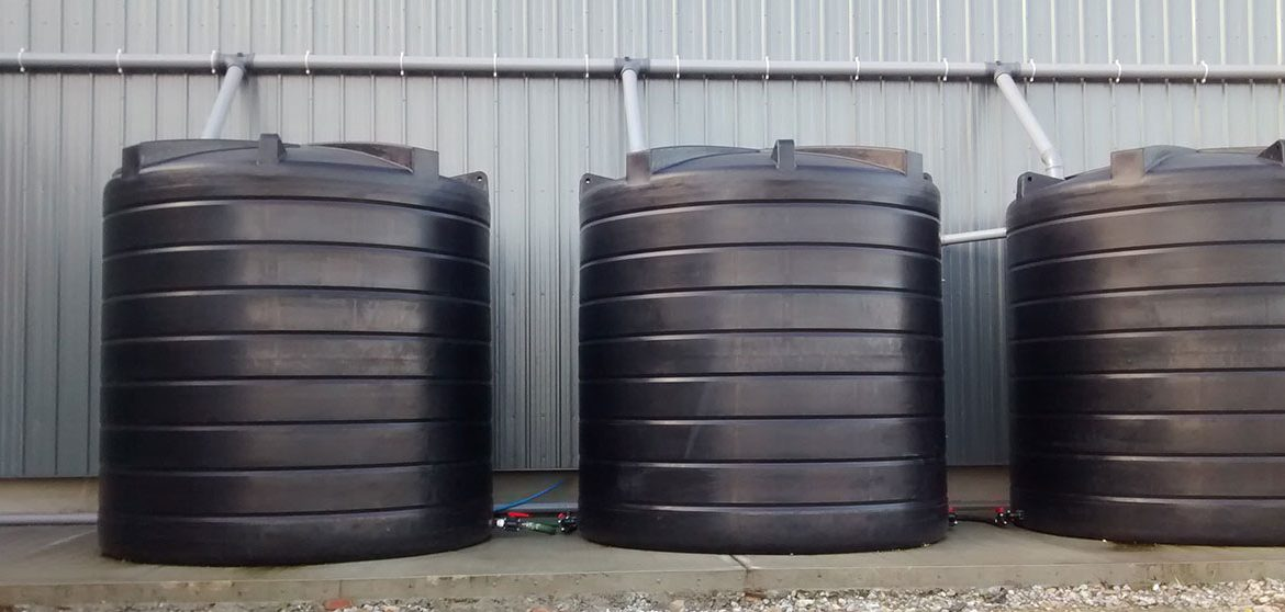 Correctly installing a polyethylene vertical water storage tank